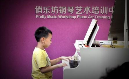 """杨宗翰同学为大家带来一曲耳熟能详的《拉德斯基进行曲》,经常性的""""撞衫""""足以看出孩子和老师的默契"""