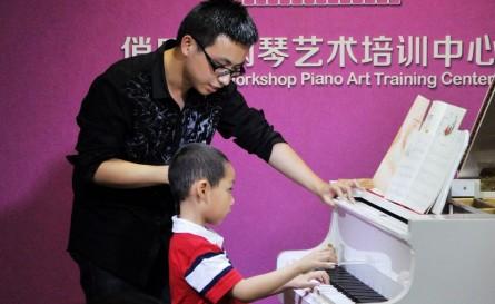 在老师的现场指导下,徐稼霖同学的演奏顿时提高不少