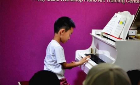 刚开始学琴的樊锦博同学陶醉在自己的演奏中
